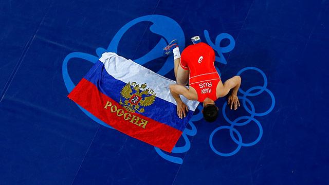 Russischer Sportler mit Fahne