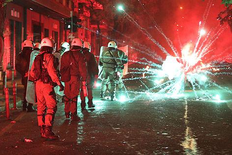 Explodierender Feuerwerkskörper neben Polizisten in Athen