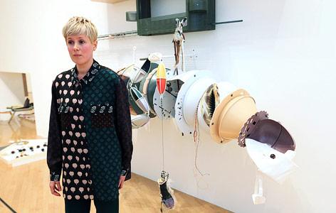Helen Marten vor einer Skulptur