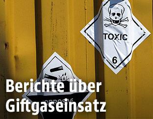 """Container mit einem Totenkopfzeichen und der Aufschrift """"Toxic"""""""