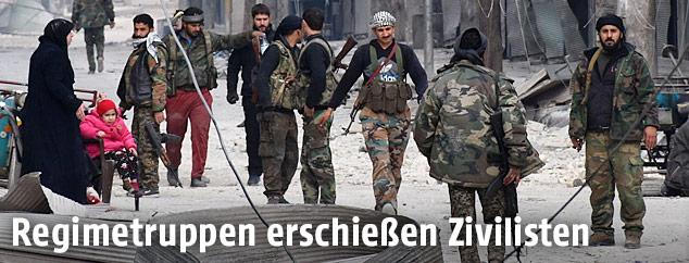 Syrische Regimetruppen in einer Straße in Aleppo
