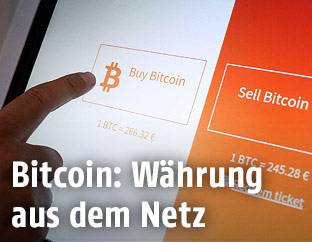 Person kauft Bitcoins an einem Automaten