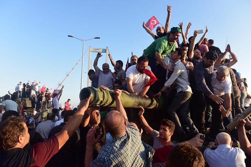 Pro Erdogan Demonstranten feiern Sieg über Militär