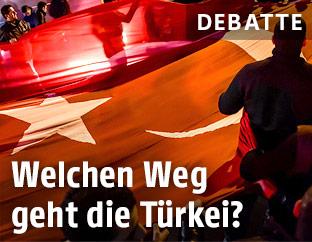 Türkische Fahne bei einer Demonstration