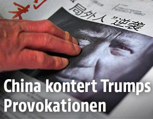 Chinesische Zeitung mit einem Bild von Donald Trump