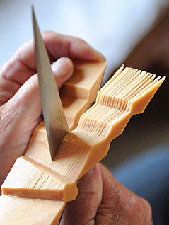 Eine Person schnitzt Zirbenholz