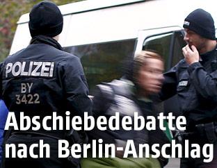 Deutsch Polizisten und syrische Flüchtlinge bei der Grenze zu Österreich