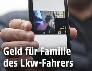 Ein Angehöriger des polnischen Lkw-Fahrers zeigt ein Bild von ihm auf seinem Mobiltelefon