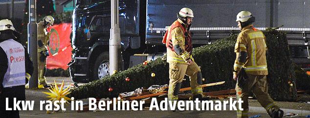 Einsatzkräfte neben Lkw in Berlin