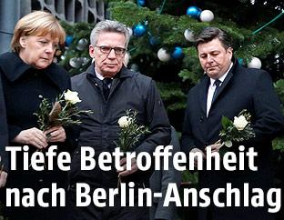 Die deutsche Bundeskanzlerin Angela Merkel mit Blumen in der Hand