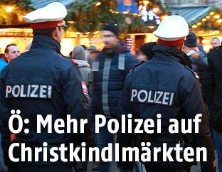 Polizisten auf am Wiener Christkindlmarkt am Rathausplatz