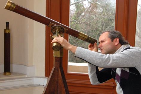 Thomas Posch beim Blick durch ein Fernrohr auf der Wiener Universitätssternwarte