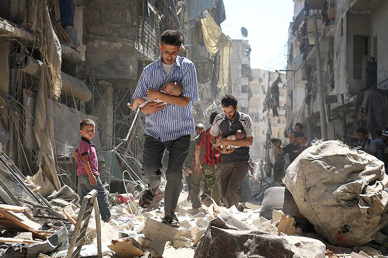 Männer in Aleppo flüchten mit Babys auf dem Arm