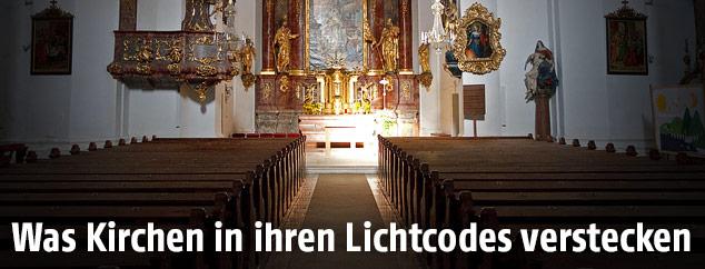 Von der Sonne bestrahlter Altar der Stadtpfarrkirche Mürzzuschlag