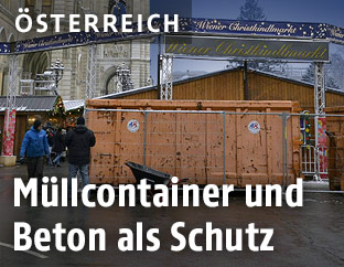Müllcontainer vor dem Wiener Christkindlmarkt am Rathausplatz