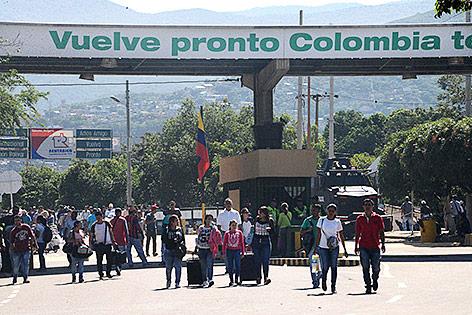 Venezulaner überqueren die Grenze zu Kolumbien