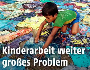 Kind färbt Kleidung