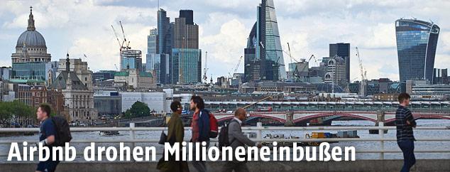 Menschen vor der Londoner Skyline
