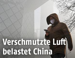 Mann in Peking mit Atemschutzmaske