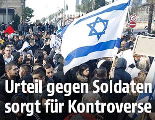 Demonstranten mit israelischer Fahne