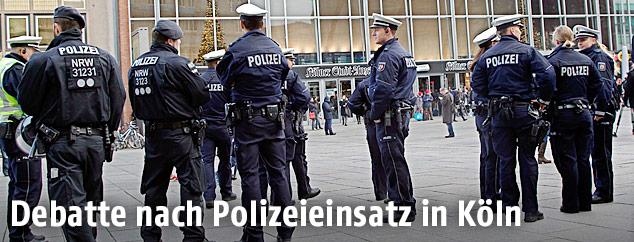 Polizisten vor dem Kölner Bahnhof
