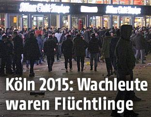 Menschen am Silvesterabend vor dem Bahnhof in Köln