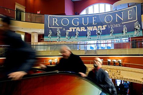 Kinobesucher am Weg zum neuen Star Wars Film