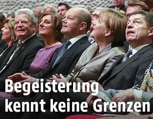 Der deutsche Bundespräsident Joachim Gauck, der Hamburger Bürgermeister Mayor Olaf Scholz und die deutsche Bundeskanzlerin Angela Merkel