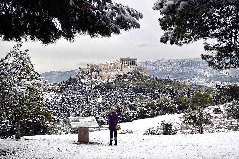 Blick auf die verschneite Akropolis in Athen