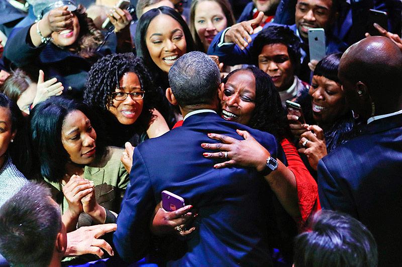 Barack Obama mit Fans im Publikum
