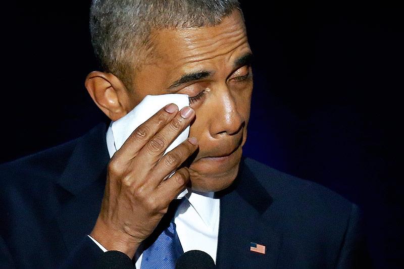 Barack Obama wischt eine Träne weg