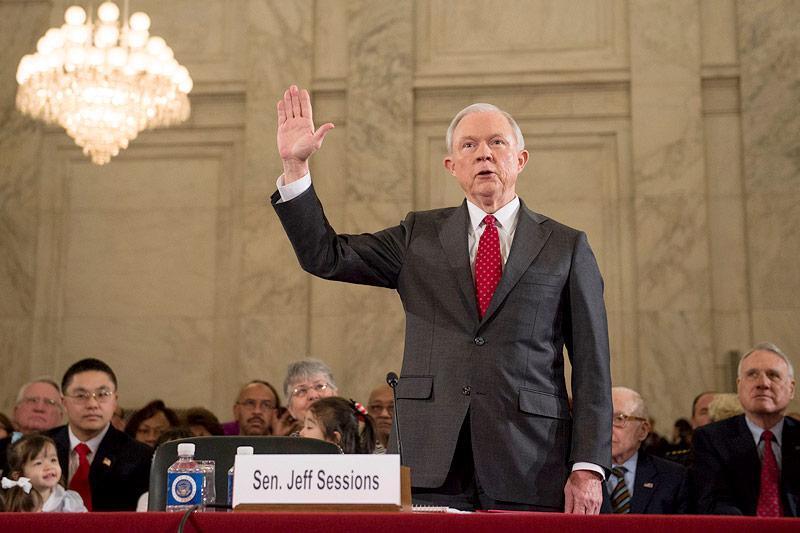 Senator Jeff Sessions bei seiner Einschwörung vor der Anhörungen im US-Senat