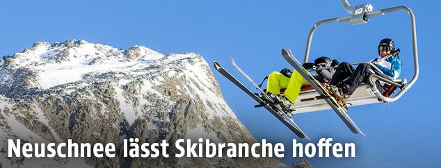 Skifahrer auf einem Sessellift
