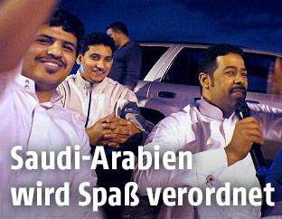 Menschen in Saudi Arabien lachen