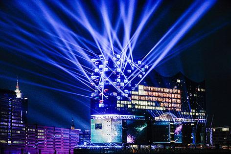 Beleuchtete Elbphilharmonie in Hamburg