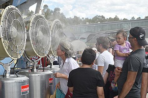 Menschen stehen in Sydney vor Ventilatoren um sich abzukühlen