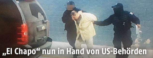 Joaquin Guzman alias El Chapo wird von mexikanischen Polizisten abgeführt