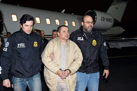Joaquin Guzman alias El Chapo zwischen zwei US-Polizisten