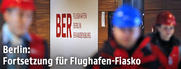 Menschen mit Schutzhelmern auf der Baustelle des Berliner Flughafens Brandenburg