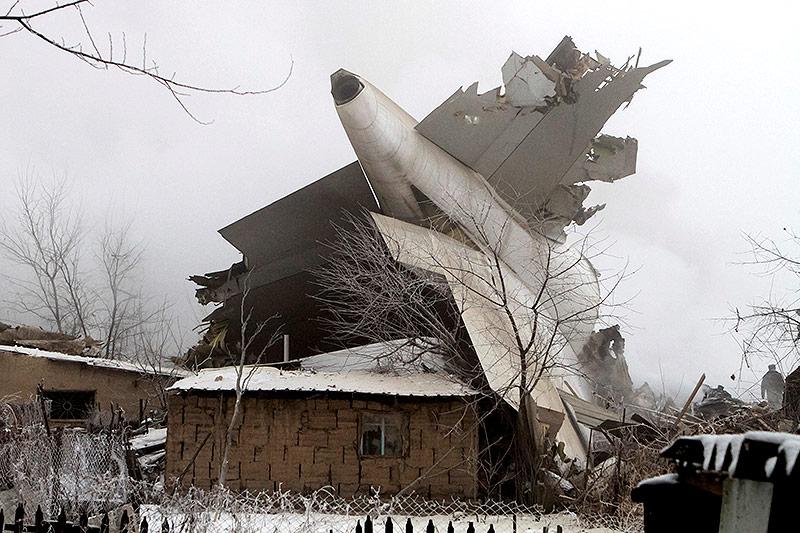Flugzeugwrack auf einem Haus