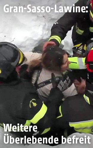 Feuerwehrmänner retten Überlebende