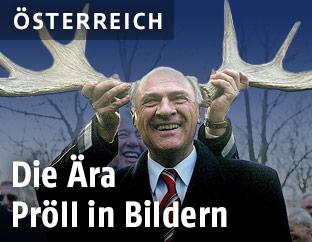 Erwin Pröll bekommt ein Elchgeweih aufgesetzt