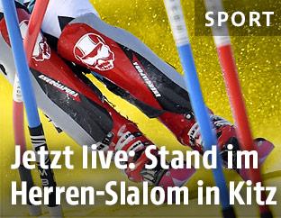 Skifahrer zwischen Slalomstangen