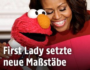 Michelle Obama mit Figuren der Sesamstrasse