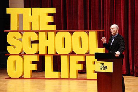 Alain de Boton hält Vortrag an der School of Life