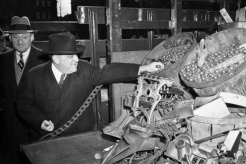 New Yorks Bürgermeister LaGuardia mit konfiszierten Pinbällen, 1942