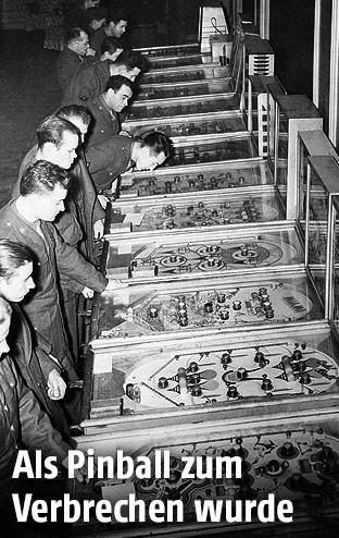 Amerikanische Soldaten spielen mit Flipperautomaten, 1943