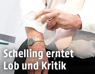 Finanzminister Hans Jörg Schelling krempelt einen Ärmel hoch