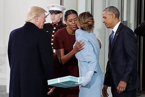 Melanie Trump übergiebt Michelle Obama ein Geschenk