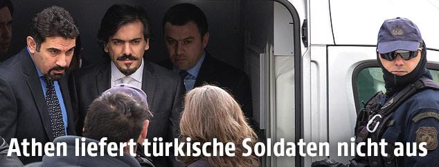Türkische Soldaten unter Polizeischutz